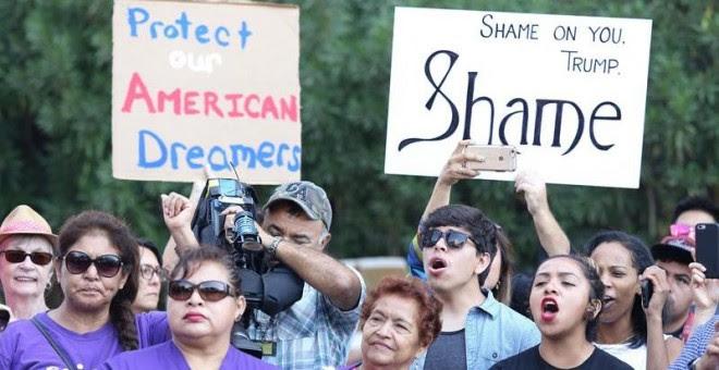 Inmigrantes y activistas de derechos humanos protestan contra la decisión del presidente estadounidense, Donald Trump, de poner fin al programa de Acción Diferida para los Llegados en la Infancia (DACA). - EFE