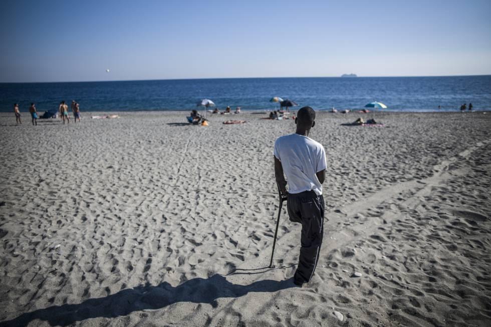 El maliense Doudu, que perdió la pierna durante la travesía por el mar, retratado en la playa de Melito, en Calabria