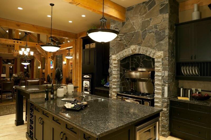Cuisine rustique avec armoires noires et pierres apparentes