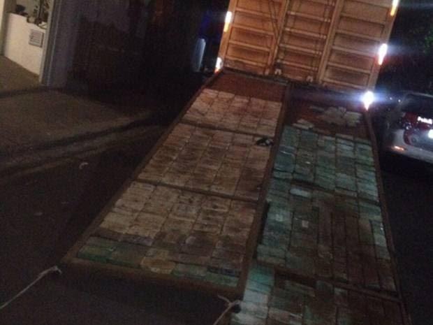Droga estava em fundo falso de caminhão que carrega gado (Foto: Divulgação/Polícia Rodoviária Estadual)