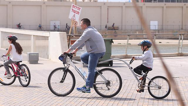 Cycling in Tel Aviv port (Photo: Motti Kimchi)