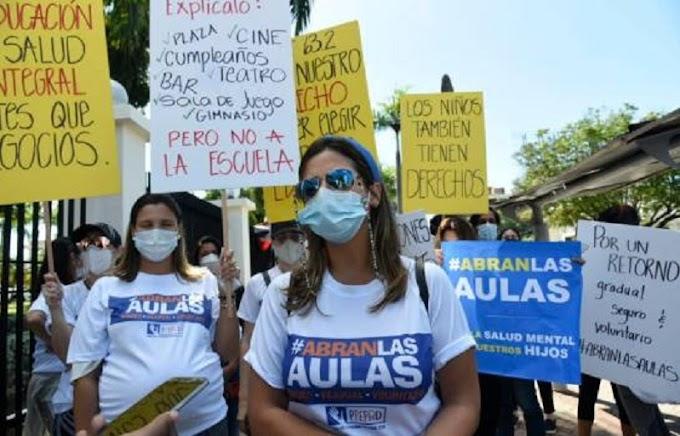 PADRES SE MANIFIESTAN FRENTE AL MINERD PARA EXIGIR EL INICIO DE CLASES PRESENCIALES