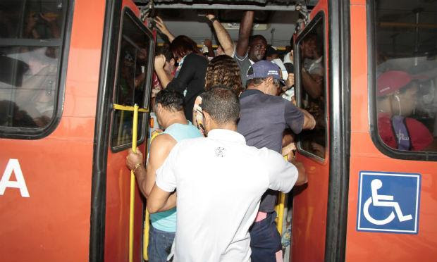 Passageiros discordam do PL alegando que a porta do meio facilita embarque e desembarque em ônibus lotados / Foto: Edmar Melo/JC Imagem