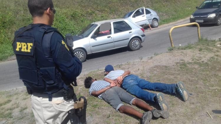 Os dois suspeitos, que não teve as identidades reveladas, foram presos em flagrante - Foto: Divulgação | PRF