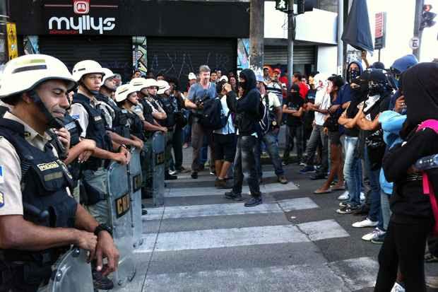 Na avenida Conde da Boa Vista os manifestantes encontram uma barreira policial. Foto: Blenda Souto Maior/DP/D.A Press