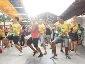Integrantes da Unidos da Tijuca fazem festa na quadra da escola, no Rio de Janeiro. (Foto: Rodrigo Gorosito/G1)