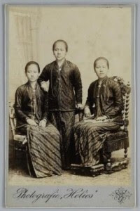 Roekmini, Kartini dan Kardinah. Sumber foto KITLV Digital Media Library (http://media-kitlv.nl/all-media/indeling/detail/form/advanced/start/5?q_searchfield=kartini)