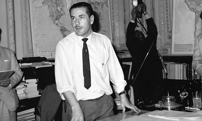 Leonel Brizola, no palácio Piratini discursando na rádio pela Campanha da Legalidade, agosto de 1961 (Foto: Museu da Comunicação Hipólito José da Costa)