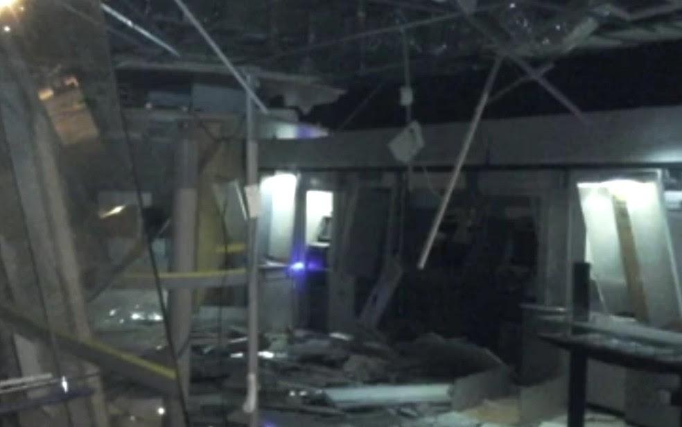Agência de Goianira, onde Leandro mora, foi alvo de criminosos no sábado (Foto: Reprodução/ TV Anhanguera)