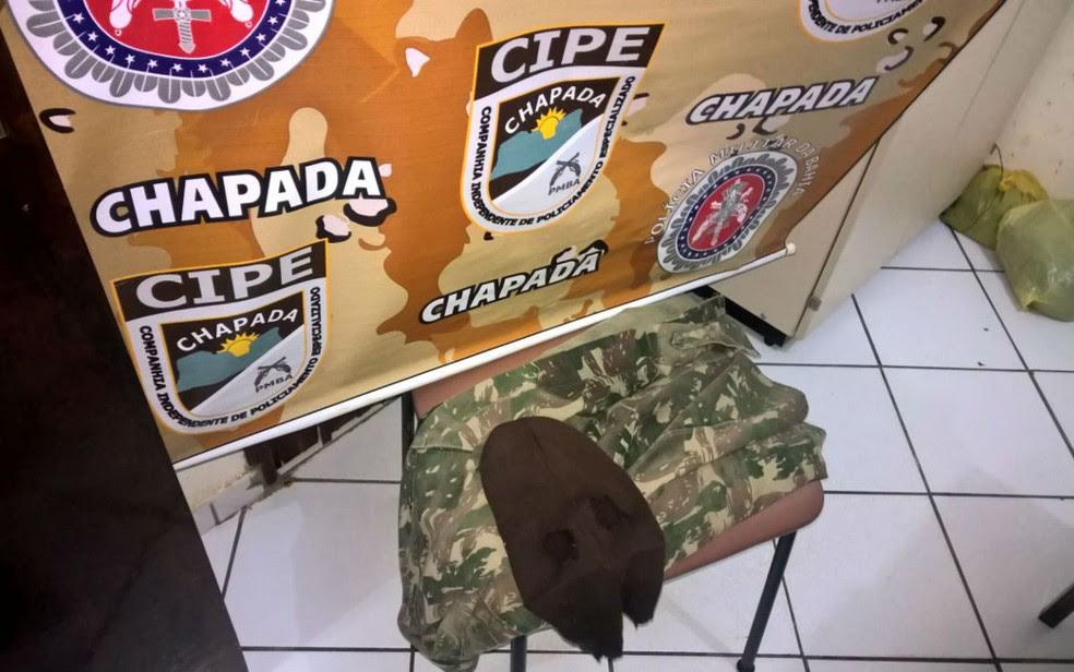 Polícia disse ter encontrado com suspeitos celulares, tablets, máscara e roupa camuflada, semelhante a utilizada pelas Forças Armadas. (Foto: Divulgação/SSP-BA)