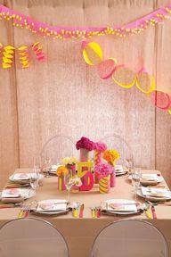 Las guirnaldas... las flores... los cubiertos... ¡neón! / The decorations... the flowers... the cutlery... neon!
