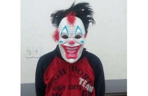 Laranjeiras - Adolescente que estava assustando as pessoas usando máscara de palhaço é apreendido