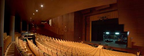 Patio de butacas y vista del escenario del Teatro Auditorio de Roquetas de Mar