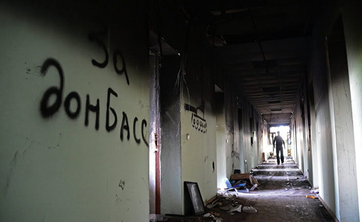 В обгоревшем здании Мариупольского городского совета. 19 мая 2014