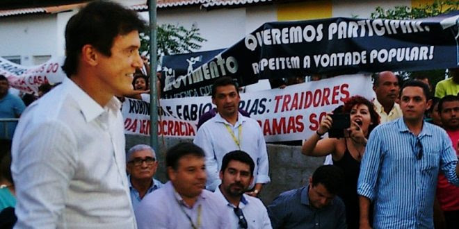 Governador foi recebido aos gritos de traidor e golpista Foto: www.assu.com.br