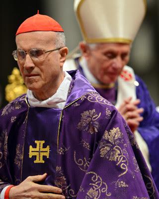 El cardenal Bertone y el Papa, durante la misa del Miércoles de Ceniza.