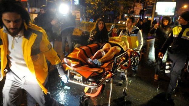 Une femme blessée est pris à une ambulance à Istanbul