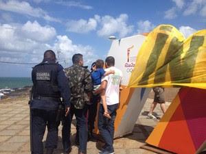 Letreiro turístico é coberto com faixa durante protesto (Foto: Juliana Almirante/G1)