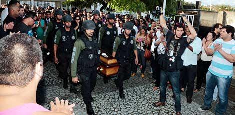 Enterro da policial Tatiane ocorreu no final da tarde deste domingo (30/08) no Cemitério de Casa Amarela / Alexandre Gondim/JC Imagem