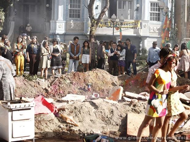 Após explosão, uma cratera surge no meio da praça  (Foto: TV Globo/ Saramandaia)