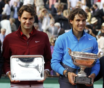 Nadal i Federer amb els seus respectius trofeus a la pista central de Roland Garros.