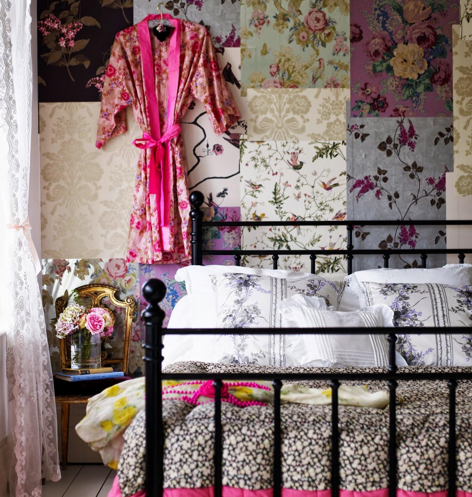 O papel de parede desse quarto mistura diferentes estampas florais (crédito da foto: reprodução blog Selina Lake)