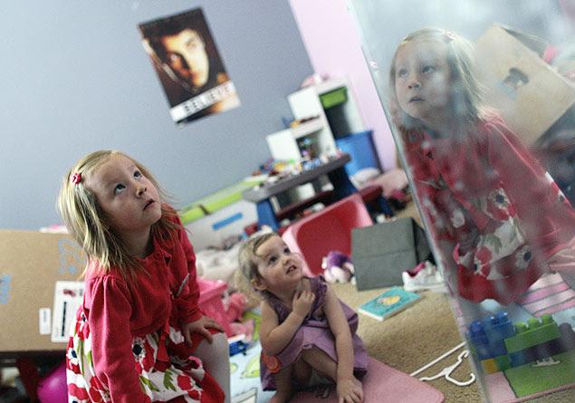 Coy Mathis, 6, brinca com a irmã Auri, 2, em casa; ela foi proibida de entrar no banheiro feminino na escola nos EUA