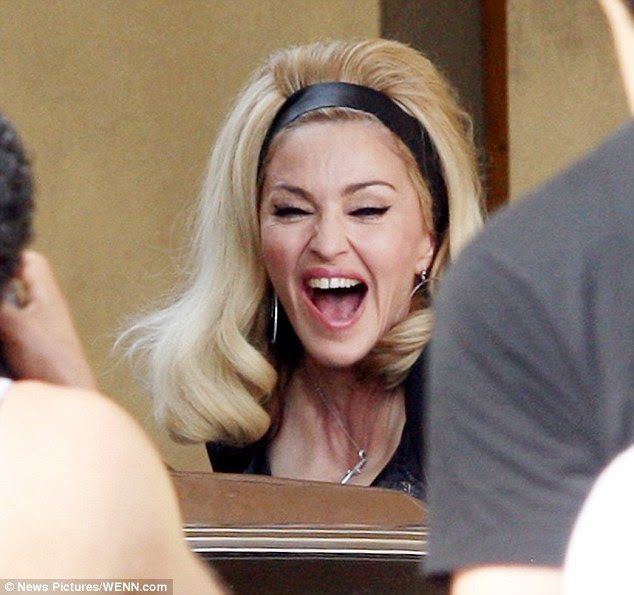 Ne kadar komik?  Madonna eğlenerek görünüyor