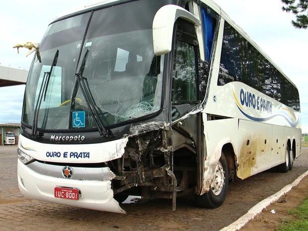 Acidente entre um carro e um ônibus em Cachoeira do Sul na quinta-feira (1º) (Foto: Reprodução/RBS TV)