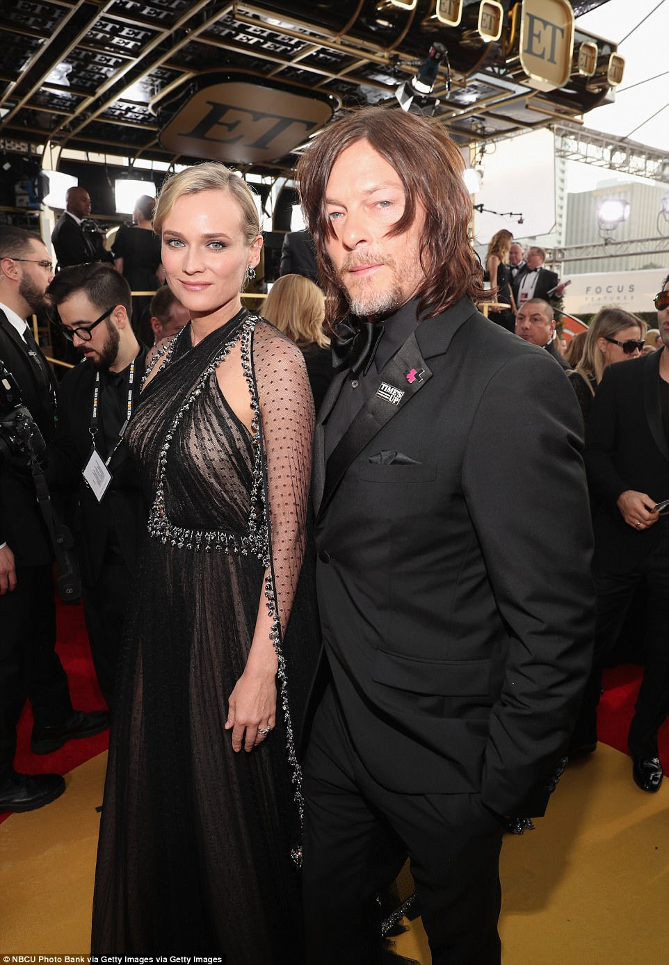 Fechar: o namorado dele, Dead Dead Timman Norman Reedus, mostrou apoio para Time's Up, também vestindo preto e um pino do movimento