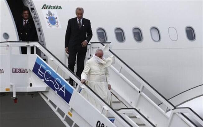 Francisco desembarca em aeroporto em Havana, em Cuba, no final da tarde deste sábado (19)