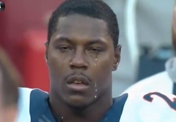 Knowshon Moreno ficou emocionado durante hino nacional norte-americano  e derramou 'rio' de lágrimas (Foto: Reprodução/YouTube/ 8-Bit Sports)
