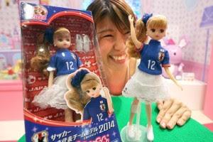 """Boneca """"Licca-chan"""" da Takara Tomy, vestida com o uniforme da Seleção Japonesa de futebol. Foto: Sankei"""