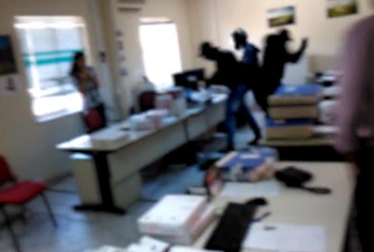 Βίντεο ντοκουμέντο: Η στιγμή τα μέλη του Ρουβίκωνα τα κάνουν «γυαλιά καρφιά» στο ΚΕΑΟ | Newsit.gr