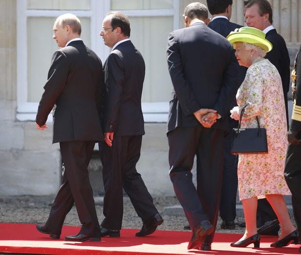 O presidente russo, Vladimir Putin, conversa com o presidente francês, François Hollande, ao lado do presidente americano Barack Obama, e da rainha Elizabeth II da Inglaterra durante comemoração do Dia D na Normandia nesta sexta-feira (6) (Foto: Charles Dharapak/AP) (Foto: Charles Dharapak/AP)