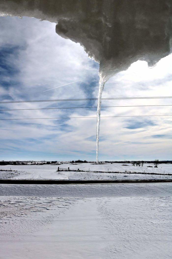 Nieve derritiendose lentamente en el porche que parece un tornado de hielo