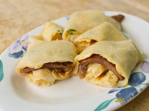 蛋餅包豬排 pork chop + egg pancake