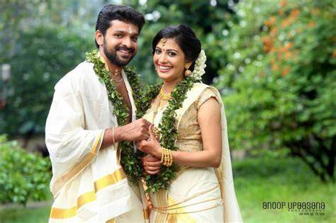 The actress looked gorgeous in a simple Kerala set sari
