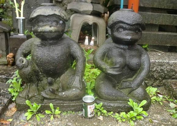 Estatuas de hombre y mujer Kappa en el Templo de Sougenji-Kappa-Dera, Tokio, Japón. Foto tomada el 14 de abril de 2012.