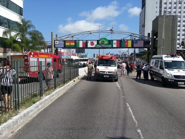 Soldado da PM se refugiu em passarela sobre a Av. Salgado Filho (Foto: Kleber Teixeira/Inter Tv Cabugi)