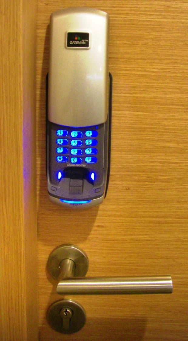 Exemplo de fechadura eletrônica que permite a abertura por meio de senha numérica e de impressão digital (Foto: Reprodução / Wikipedia)