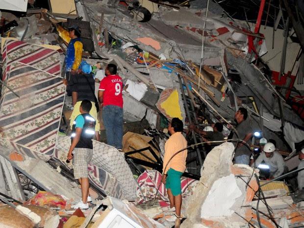 Equipe de resgate busca sobreviventes em escombros na cidade de Manta, no Equador, atingida por terremoto (Foto: Paul Ochoa/Reuters)