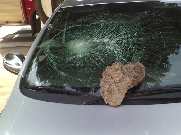 Vidro de carro ficou destruído e pedra ficou no local (Foto: Aplicativo TEM Você)