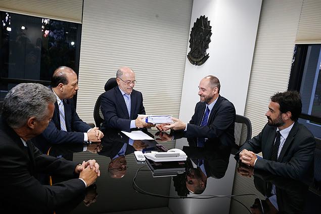 O advogado-geral da União, Luís Inácio Adams (de gravata azul escura), entrega a defesa do governo