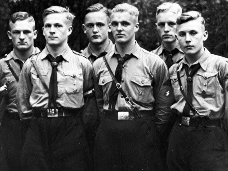 Hugo Boss fue miembro del Partido Nazi y en 1928 se convirtió en un proveedor oficial de las organizaciones uniformes dentro del partido Nacional Socialista, incluyendo las Juventudes Hitlerianas, Sturmabteilung (paramilitar), y las SS.