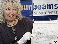 Annie Mawson muestra el documento antes de la subasta