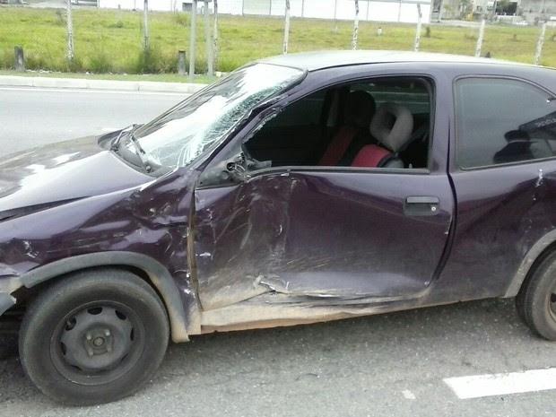 Acidente entre carro e ônibus assustou os passageiros. (Foto: Bombeiros)