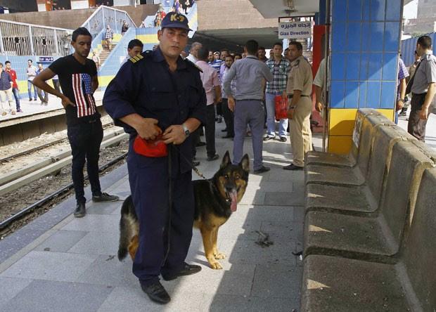 Forças de segurança egípcias inspecionam danos causados por explosão na estação de metrô Shubra el-Khemia, no norte do Cairo, nesta quarta-feira (25) (Foto: Magdy Ebrahim, El Shorouk Newspaper/AP)