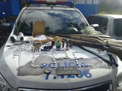 Armas, drogas e munições foram apreendidas pela Polícia (Foto: Ubatã Notícias)