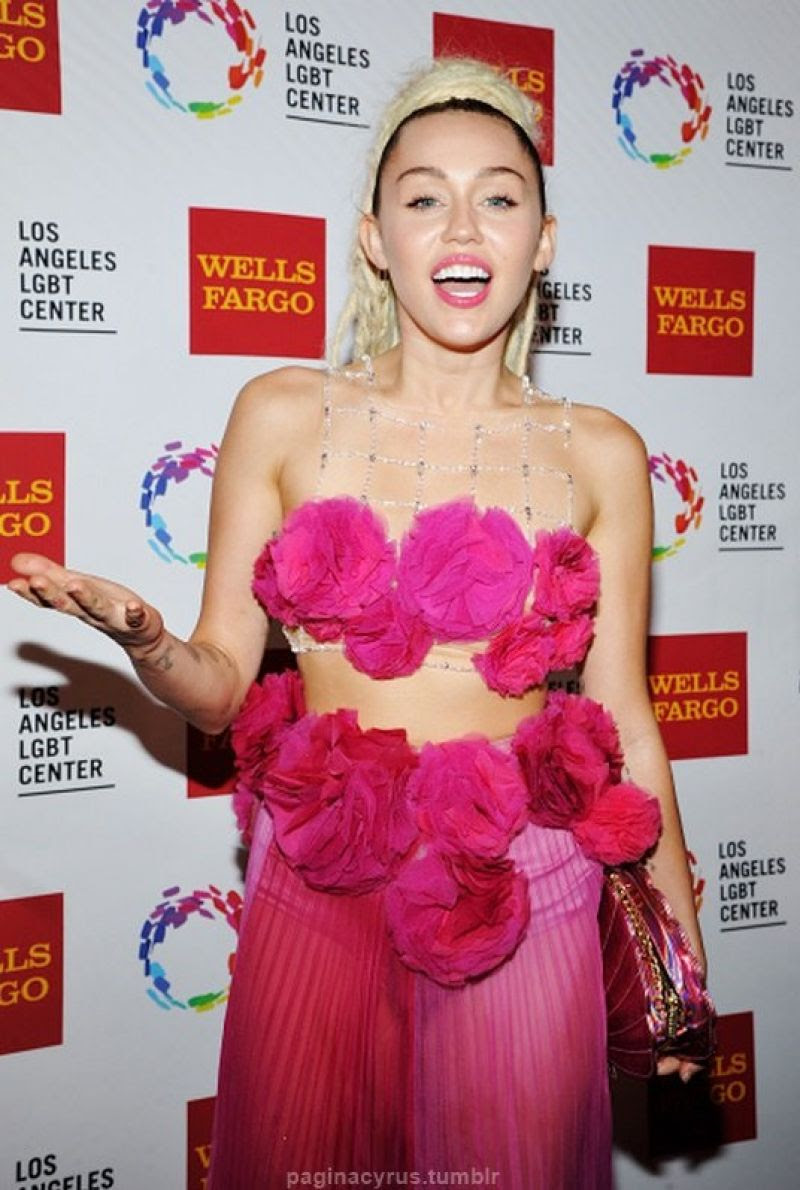 MILEY CYRUS at Vanguard Awards in Los Angeles 11/07/2015 mq